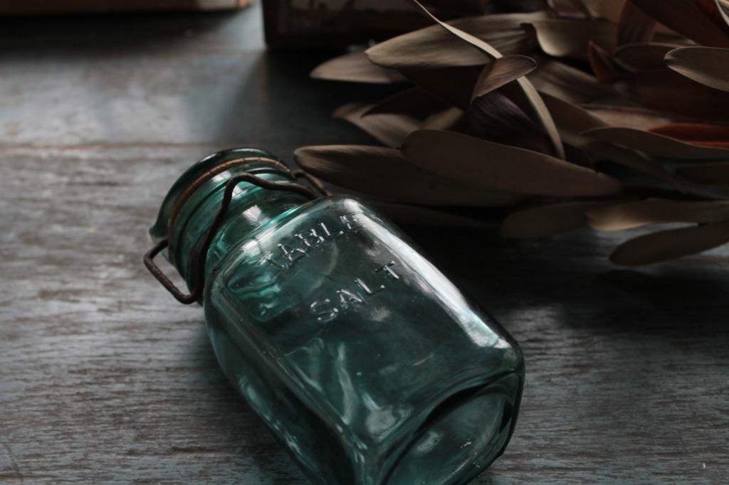 かわいいロゴ入り TABLE SALT 蓋つきのガラスビン