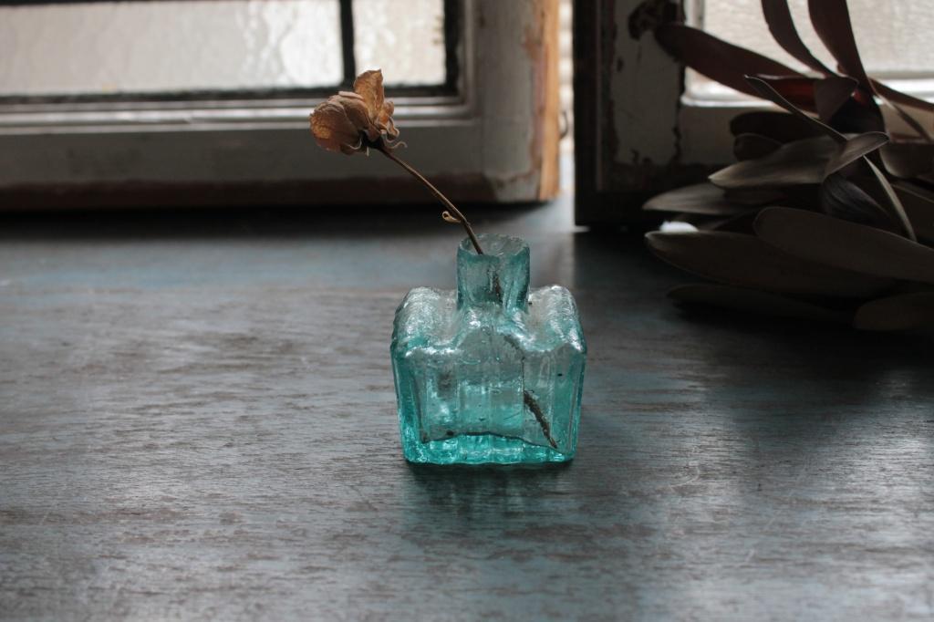 気泡と縦のラインが魅力 イギリスの青いインク瓶