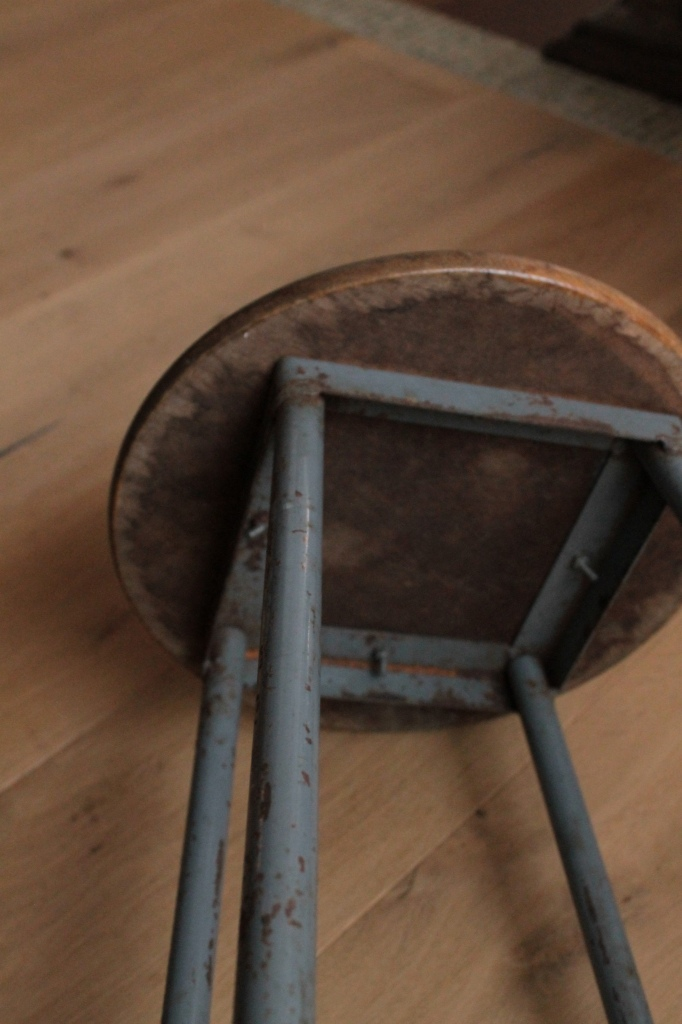 古びた木と鉄 背の低いスツール 丸イス 40cm