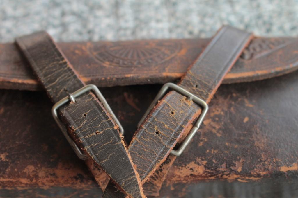 日本の古道具 小さな革かばん 自転車の古いサドルバック