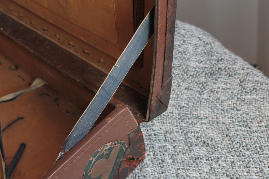 古い革の小さなトランク ステッカートランク