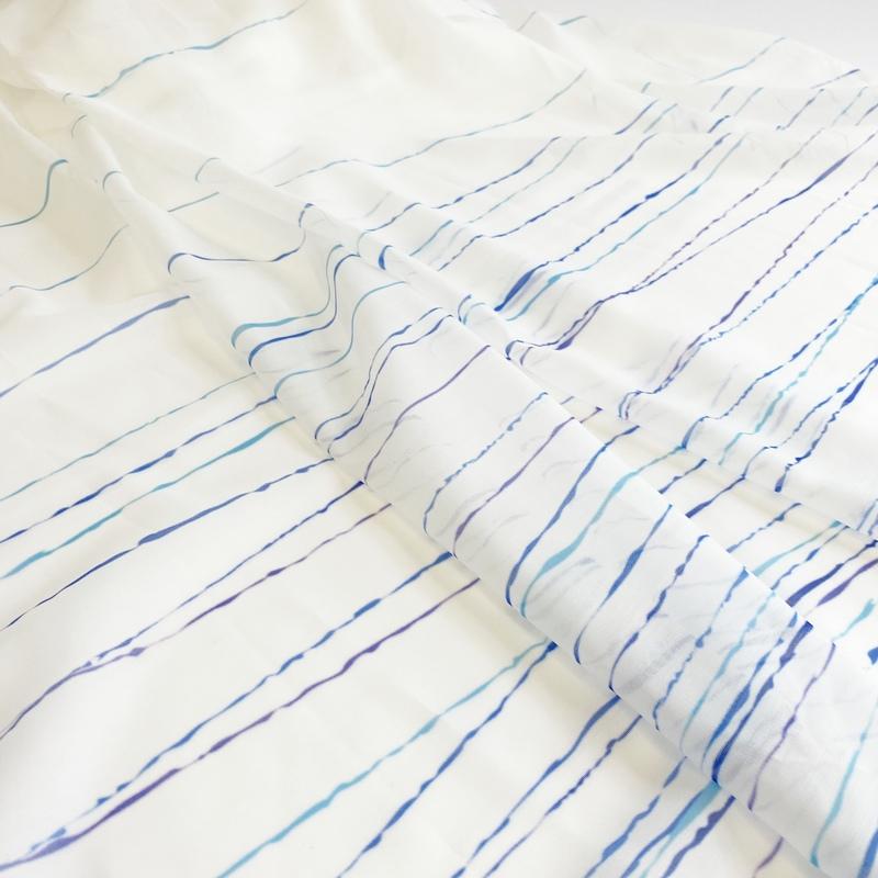 裾だけデザインの絵羽柄・ゆったり波柄デザインシアーカーテン【ボイル エバナミ BL】ブルー