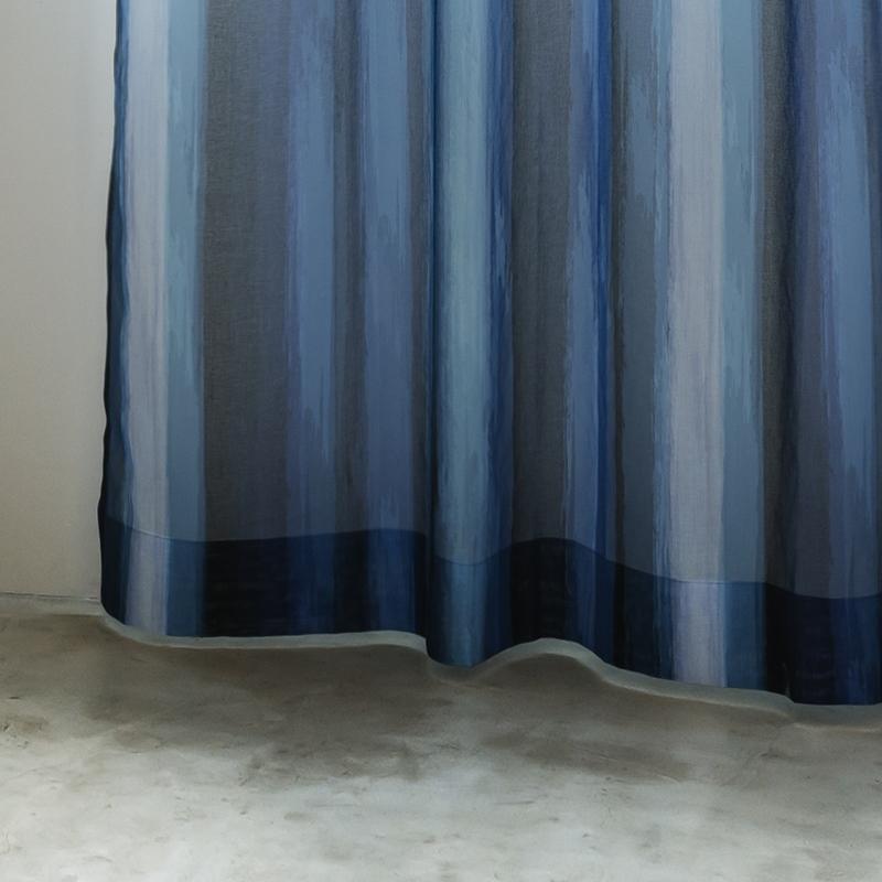 <デザインシアー>太い筆で描いたようなラフなストライプ柄・透け感のあるボイルレースカーテン【ボイル ラフセイ NV】ネイビー