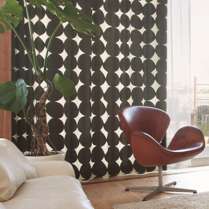 <防炎>石ころを並べたような印象的な北欧モダンデザイン。お部屋に光を取り込むカーテン【SI コロ BK】ブラック S4004