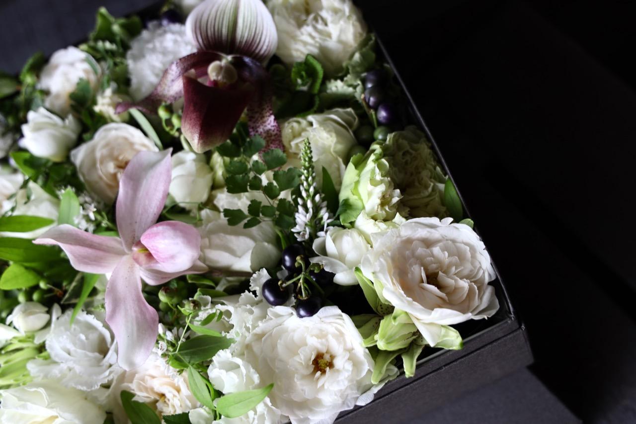 白小町 shirokomachi ラグジュアリーの王道カラーで都会的な庭園をイメージ[ ボックスフラワー 27cm ] #002