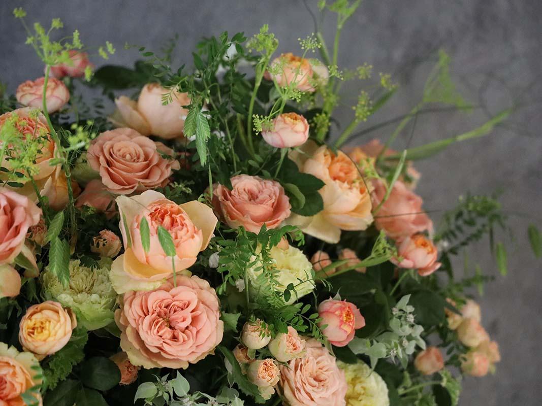 久園 kuon 人気のバラに季節の小花を添えて[色で選ぶバスケットアレンジ] #002
