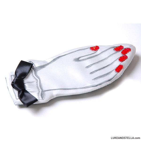R in my head (アールインマイヘッド) 赤いマニキュアの手のブローチ