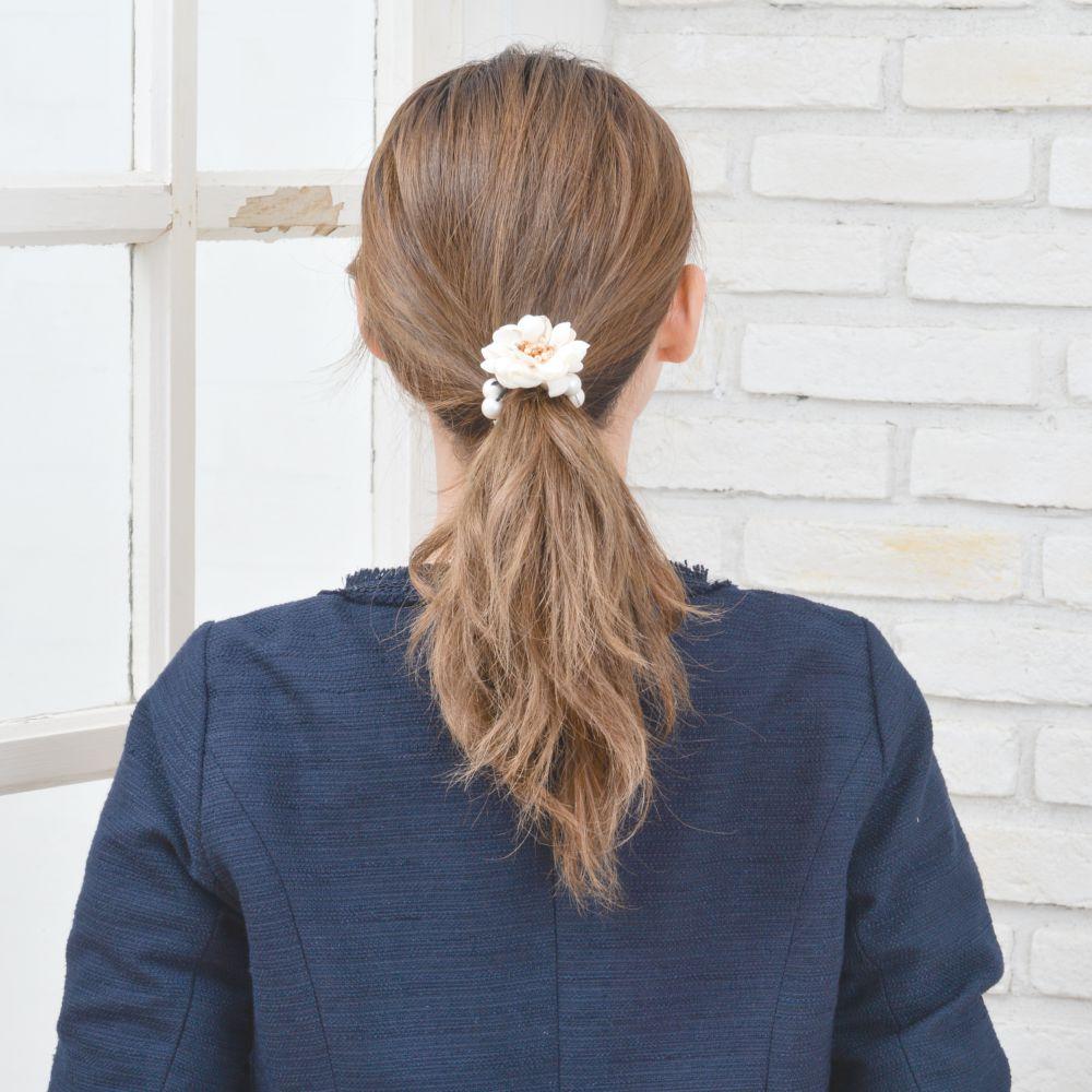 ヘアゴム レディース 花 フラワー パール 艶消し 白 青 グレー デート 女子会 フェミニン ヘアー