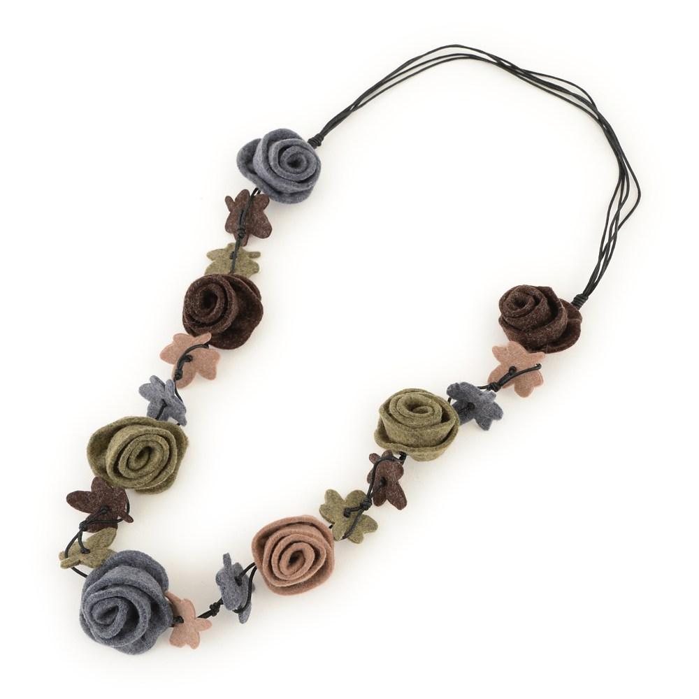 薔薇デザインのフェルトネックレス