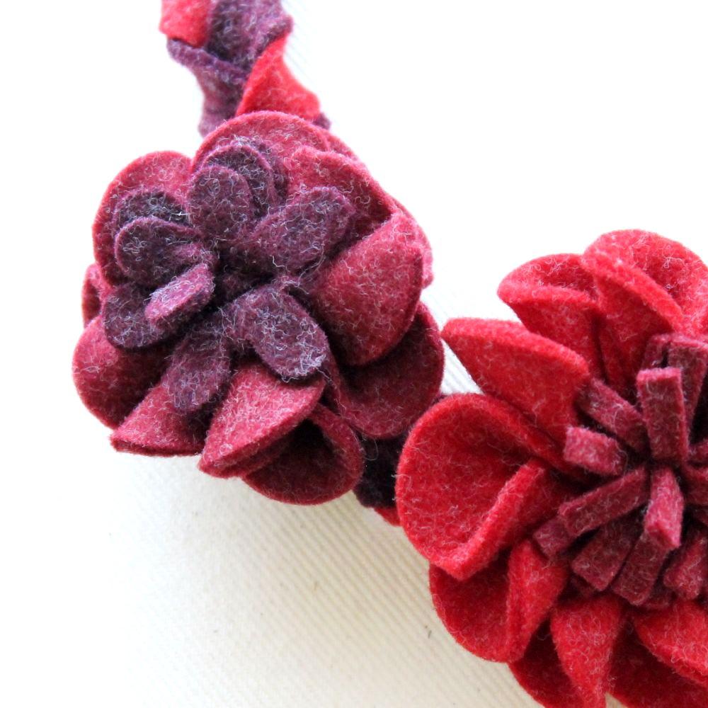 編みフェルトフラワーのフェルトネックレス 3色