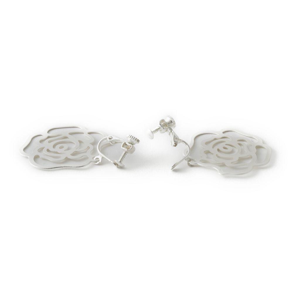 薔薇モチーフのホワイトメタルイヤリング