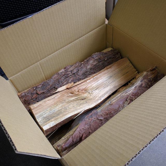 能登産松の乾燥薪40cm大中割 8kg 箱入(北陸A)