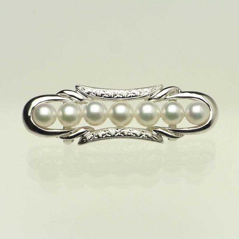 流暢なラインに彫刻がお洒落な格調高い真珠メインの帯留め DXケース入り【ネット限定】