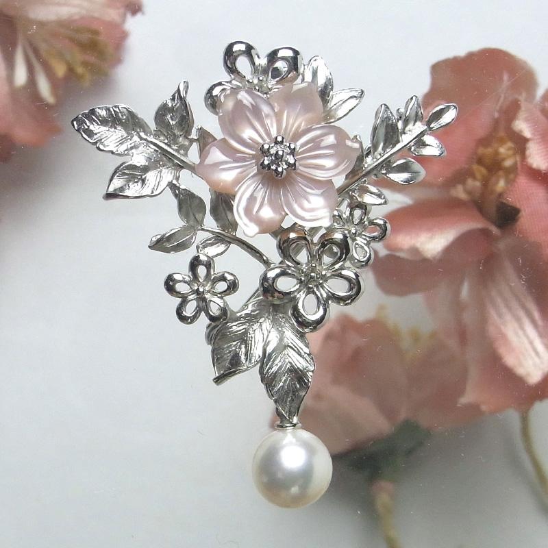 極上パールの輝きが身に着けた方を上品に際立たせる お花モチーフのピンク蝶貝クリッカータイプ兼ブローチ。【あこや真珠】