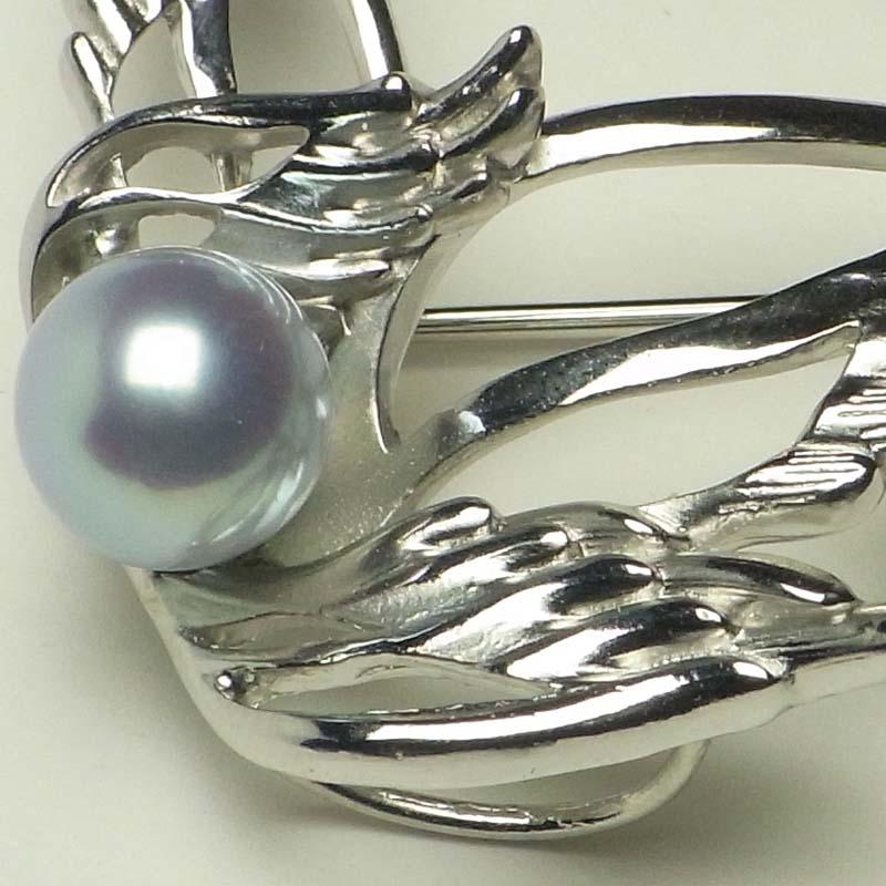 羽ばたく鳥のラベルピン 8mmUP プレゼントに嬉しいDXケース付き【あこや真珠】