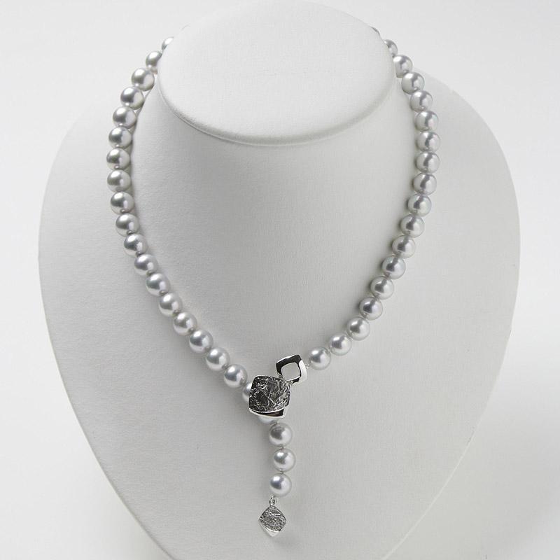 光沢が自慢のグレー系パールの大珠8mm−9mmお値打ちネックレス。不祝儀やお洒落使いにも活躍 40歳からの二本目やプレゼントにお勧め…お洒落な留め金マグピタ付き【あこや真珠】