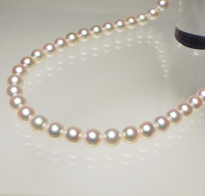 ホワイト系ピンクの中にグリーンが織りなす大珠8mm−9mmネックレス。最上級の輝きが風格を際立たせる…お洒落な留め金マグピタ付き【あこや真珠】