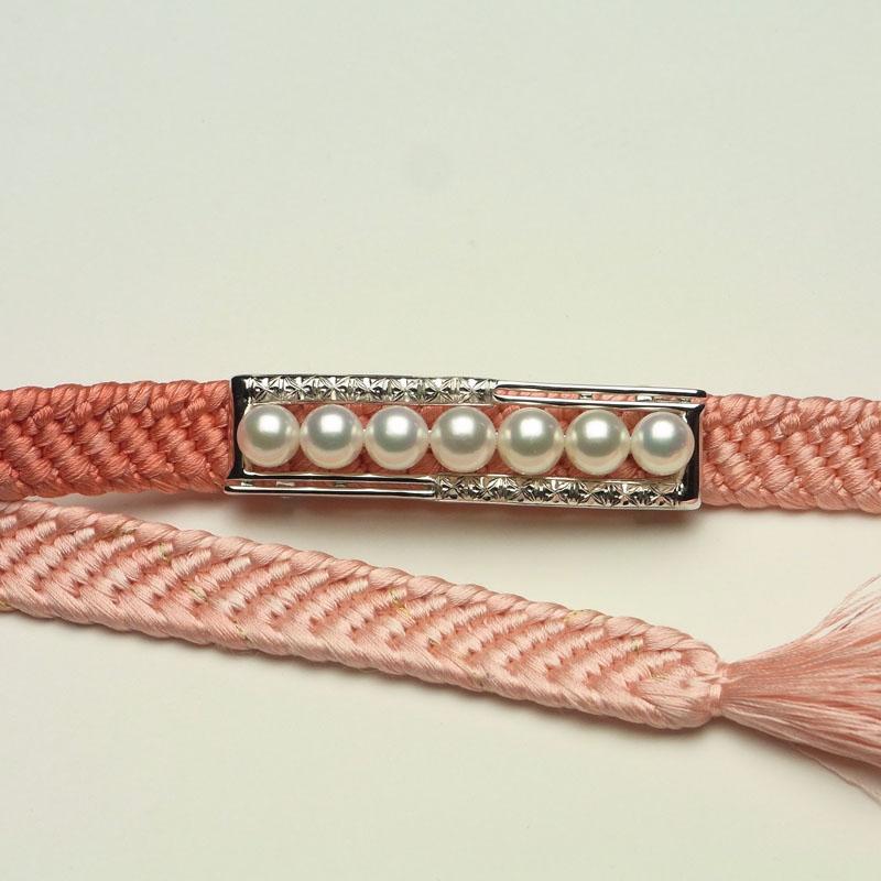 シャープなスッキリラインに彫刻がお洒落な格調高い真珠メインの帯留め DXケース入り【ネット限定】