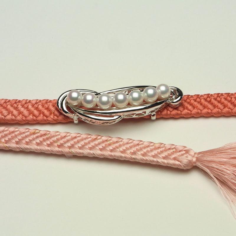 重量感ある質感と流れるラインの 格調高い真珠メインの帯留め DXケース入り【あこや真珠】