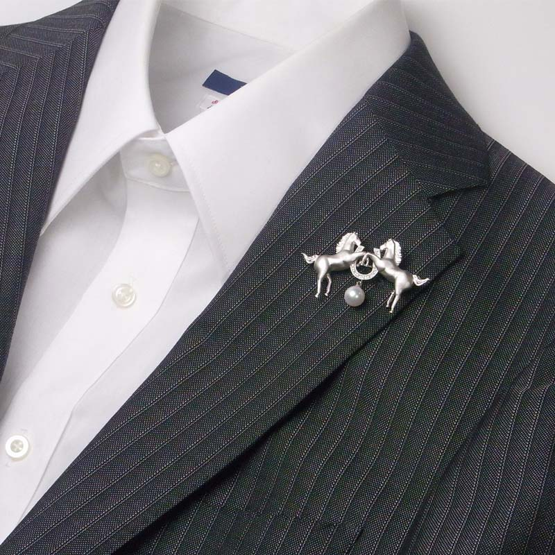 幸運を運んでくれる「ホワイトホース(白馬)」と艶々8.4mm前後の魅惑のラベルピン DXケース付き【あこや真珠】