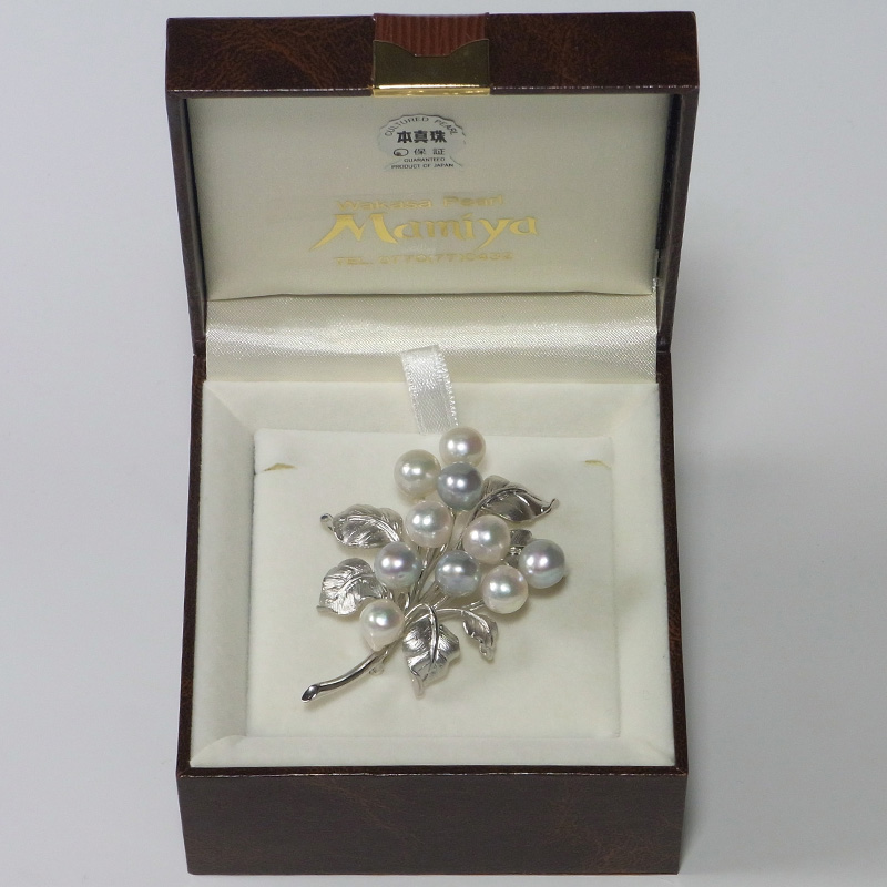 贅沢なほど大珠の存在感を放つ真珠のブローチ。DXケース入り【あこや真珠】