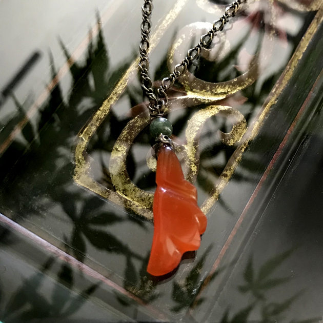 アンティーク瑪瑙と一粒翡翠のペンダント