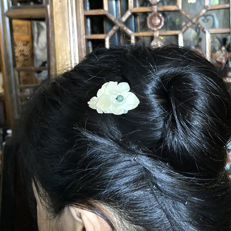 アンティーク白玉のお花と翡翠の髪飾り