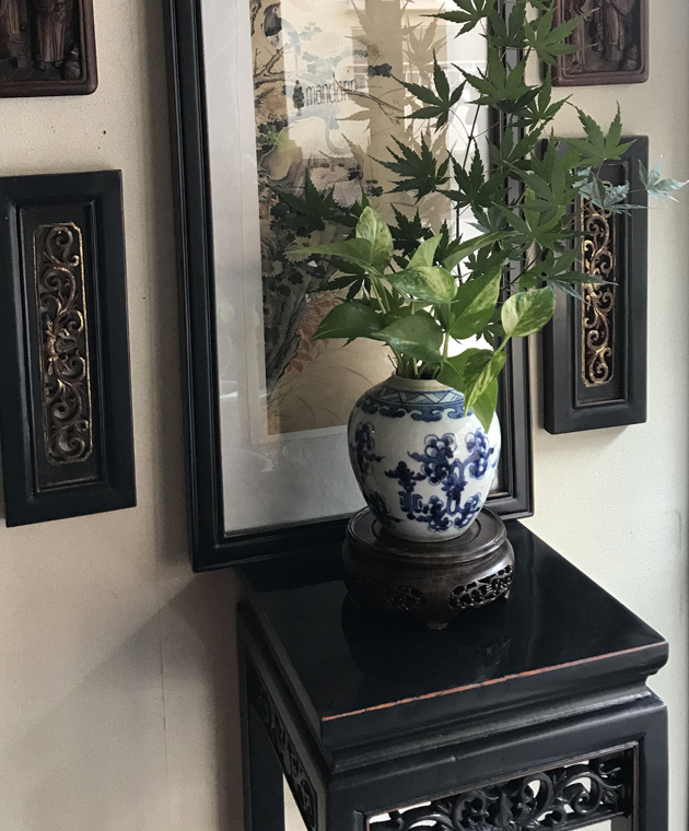 透かし彫刻の香台 (M) / 黒アンティーク仕上げ・ダーケストブラウン