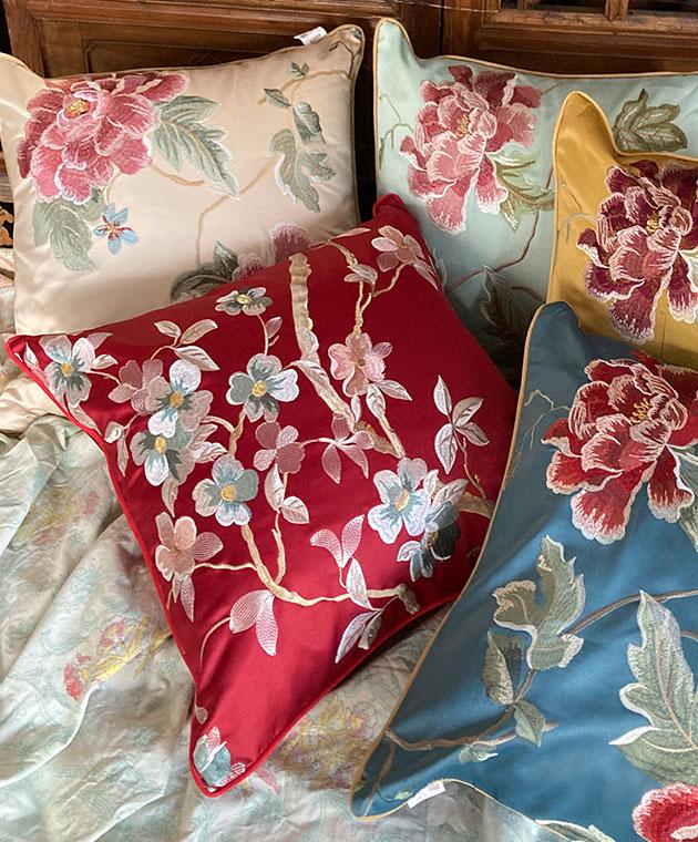 フラワー刺繍のクッションカバー  〜花水木 レッド 〜