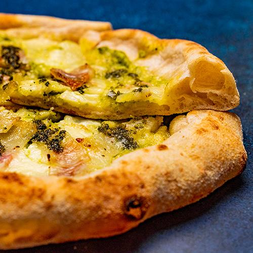 クレマ ディ ズッキーニ エ グアンチャーレ(ズッキーニクリームとグアンチャーレのピザ)