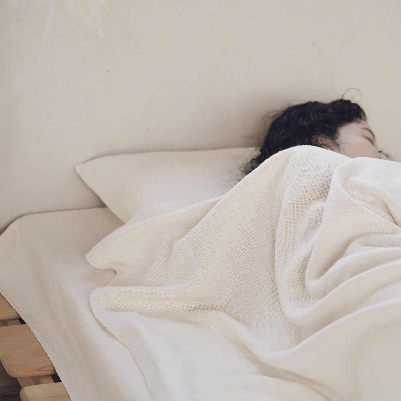 自然の肌ざわりとぬくもりを全身で実感。一年中活躍する|ガラ紡のシーツ