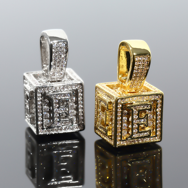 キュービック 3D ペンダント CZダイヤ(キュービックジルコニア)イニシャル E Cubic