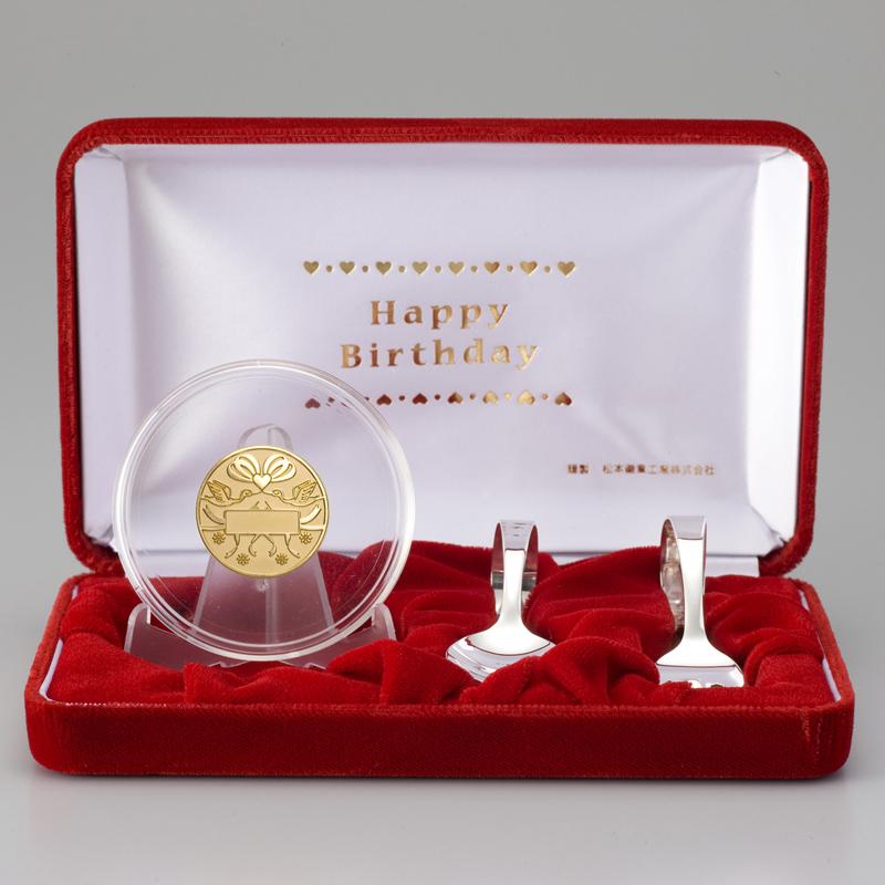 お誕生おめでとう!メダル メダルと銀製スプーンとフォークのセット 純金製 リボン