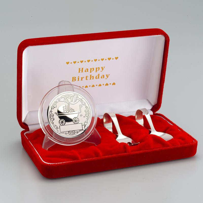お誕生おめでとう!メダル メダルと銀製スプーンとフォークのセット 純銀製 うばぐるま