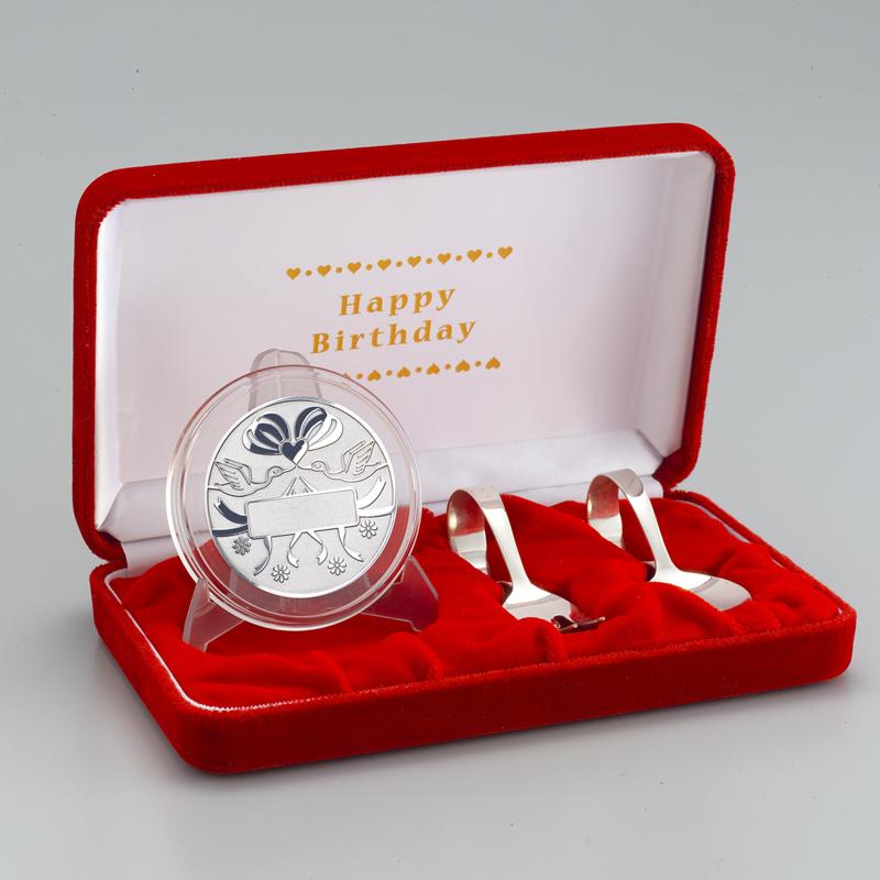 お誕生おめでとう!メダル メダルと銀製スプーンとフォークのセット 純銀製 リボン