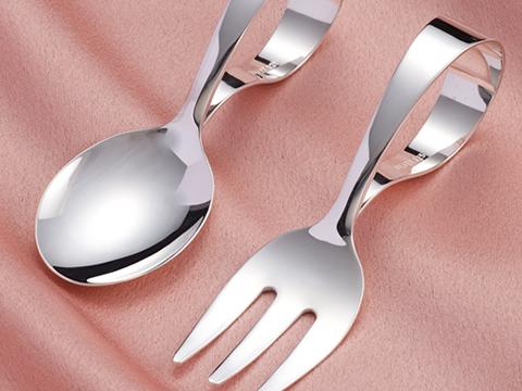 銀製ベビースプーンとフォーク
