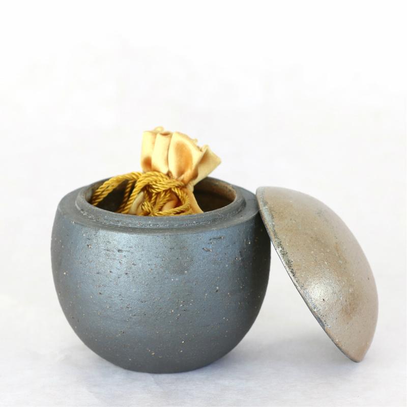 信楽焼の手元供養用骨壷 ふるさと・大地 球型タイプ Mサイズ 納骨袋付
