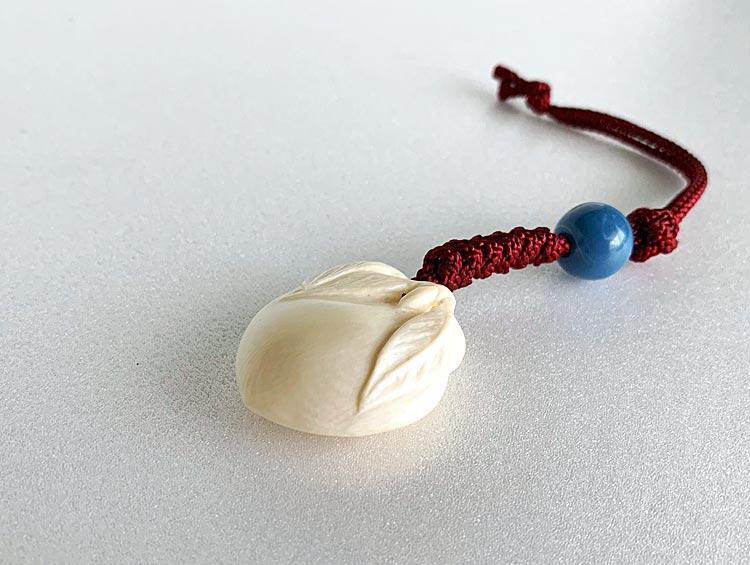 「桃」 根付ストラップ 帯飾り  鹿の角[男性、女性] ■光斎