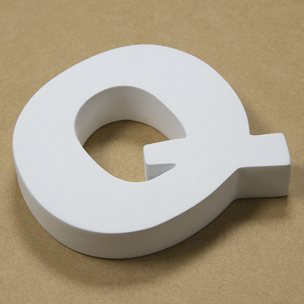 【NFRC0Q-SMALL】 アルファベットオブジェ FRP製 Q 小 84×89×22mm