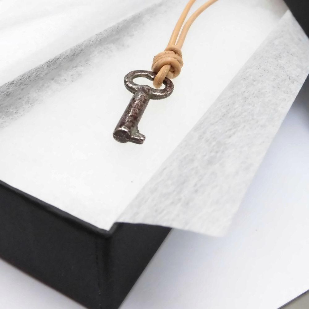 アンティークの鍵&栃木レザーの革紐チョーカー
