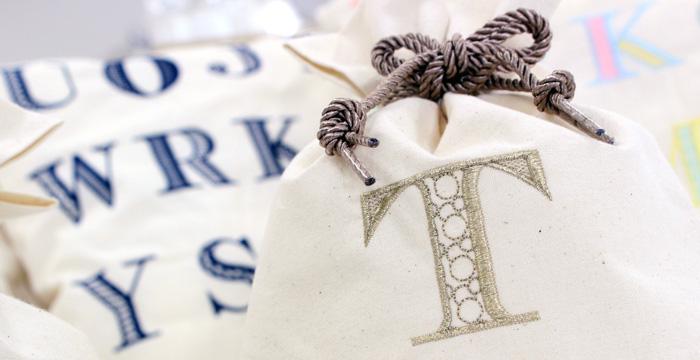 『アルファベット刺繍入り巾着ポーチ』Sサイズ