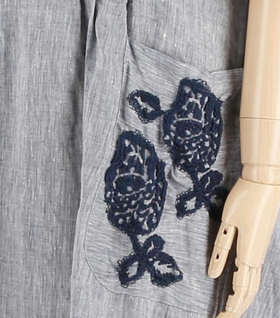 たっぷりなだけじゃないチャーミングシルエットのバラ刺繍麻布ワンピース
