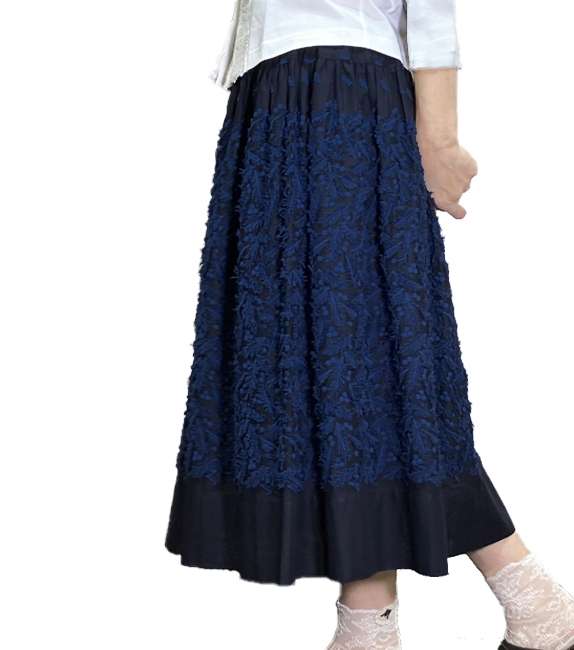 ついついウキウキにっこりの羽根刺繍スカート
