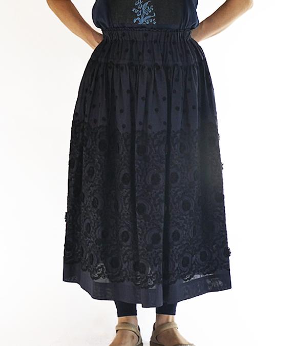 ぼたんボタン刺しゅうスカート