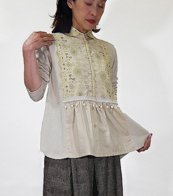 東欧刺繍とボンボンレースのブラウス