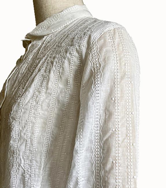 後襟スリットのチビえりバラ刺繍ローンブラウス