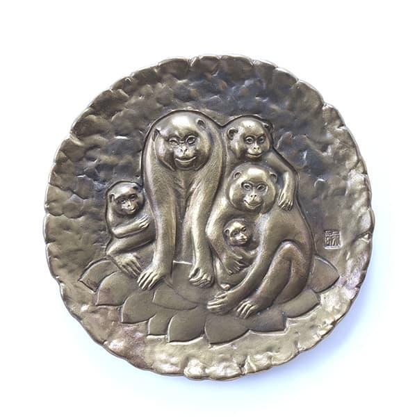 津田永寿作「猿飾り皿」