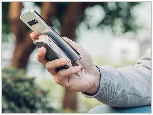 moshi IonGo 5K Duo with USB-C to Lightning Cable (Fossil Gray) モバイルバッテリー 【ポイント10倍】【送料無料(沖縄県を除く)】 【沖縄県及び一部離島にはこちらの商品は納期が+1週間必要です】