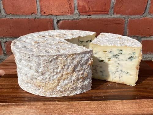 【2022年1月発送分】江丹別の青いチーズ「石垣の塩」熟成 1ホール