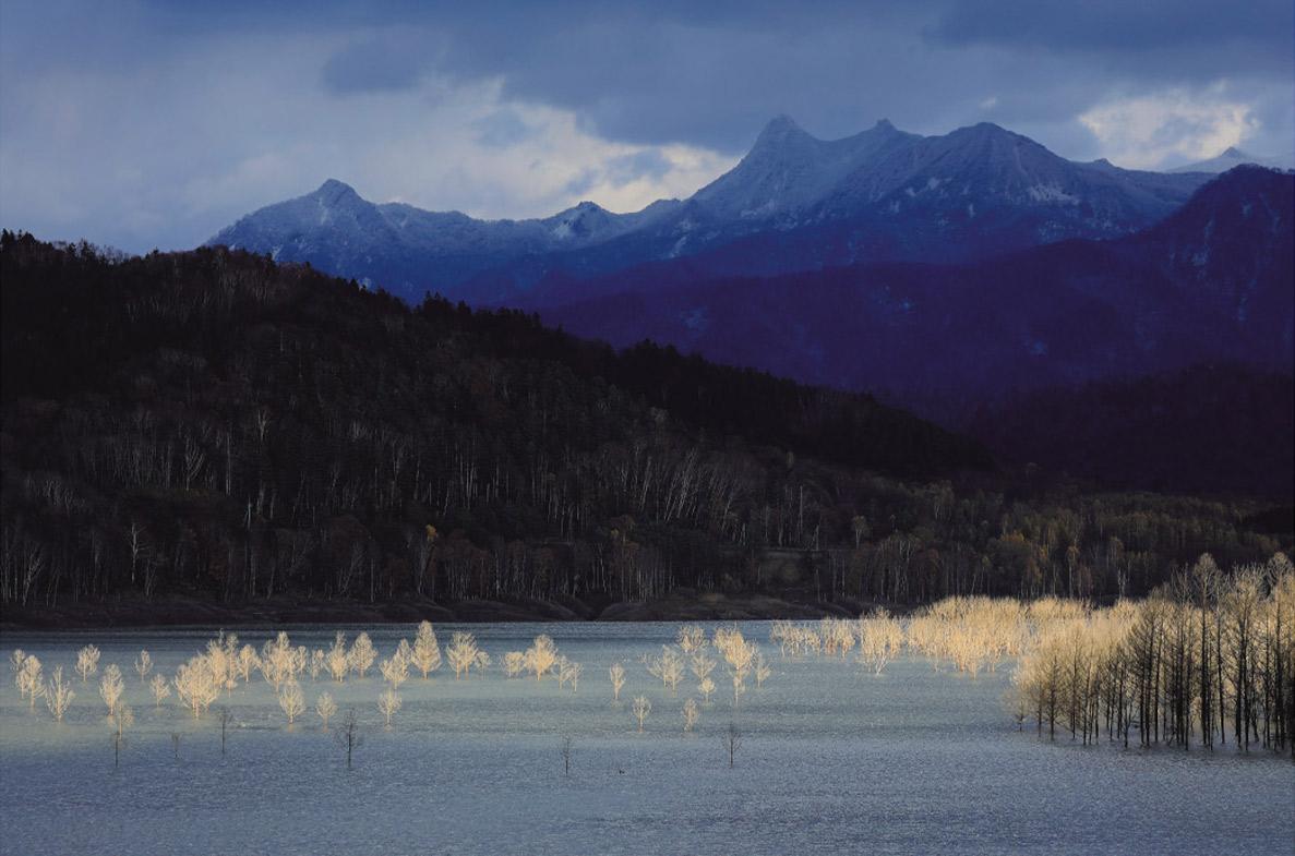 カメラマン 2022カレンダーシリーズ 12 山本純一「カムイの大地−北海道・新風景−」